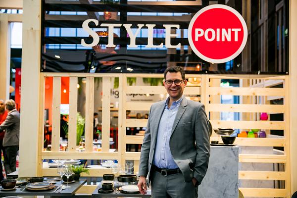 Der Stipendiat Jan Hellwege von Stylepoint präsentiert seine Produkte.