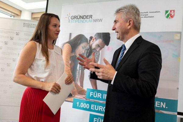 Wirtschaftsminister A. Pinkwart übergibt das 1000. Gründerstipendium an Marina Billinger von Leroma