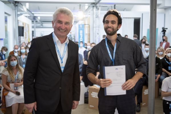 Ali-Emil Naqwi, Mitgründer von BeeSure und 2500. Gründerstipendiat, und A. Pinkwart. © MWIDE/Moritz Beck